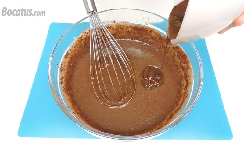 Añadiendo el chocolate derretido a la masa
