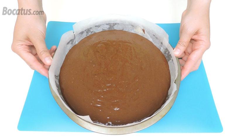 Pastel de chocolate y piña antes de hornear