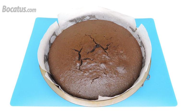 Pastel de chocolate y piña recién horneado
