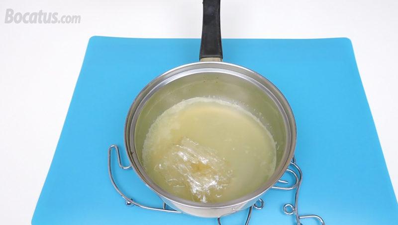 Disolviendo las hojas de gelatina hidratadas en el jugo de piña caliente