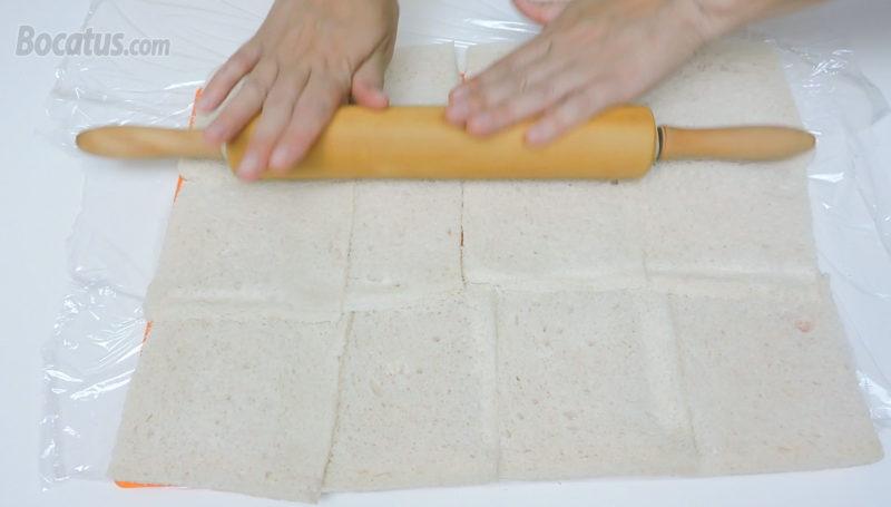 Pasando el rodillo sobre las rebanadas de pan