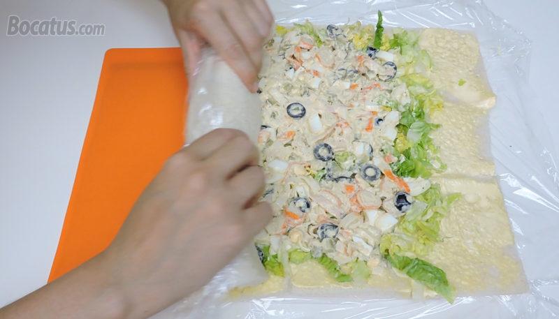 Enrollando la plancha de pan rellena