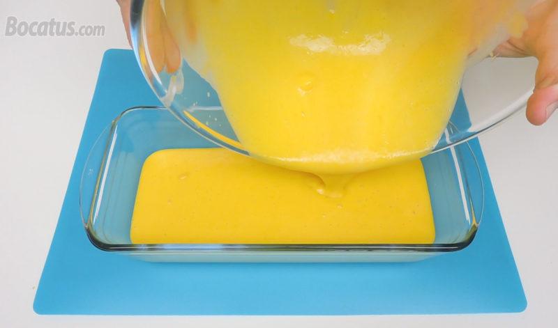 Vertiendo la mezcla del helado en un recipiente