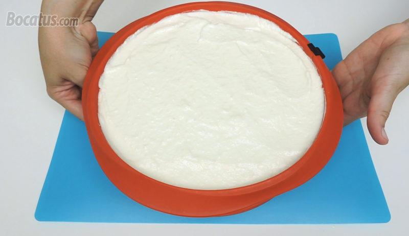 Tarta de piña colada antes de reposar