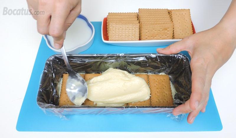 Montando la tarta de galletas con chocolate blanco