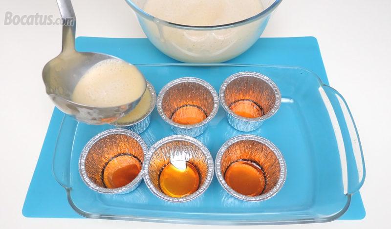 Rellenando las flaneras caramelizadas con la mezcla de flan