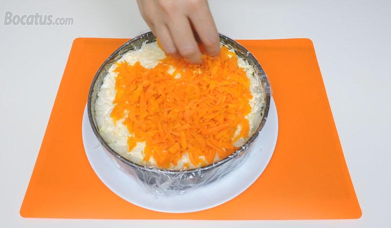 Poniendo la zanahoria rallada