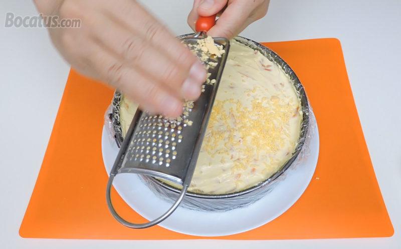 Rallando las yemas de huevo sobre la tarta