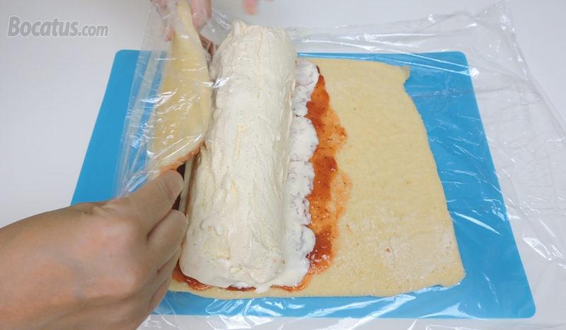 Enrollando el bizcocho relleno de mermelada y helado