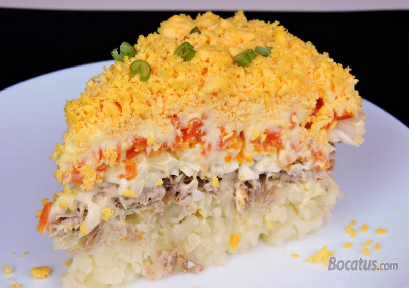 Porción de tarta salada mimosa