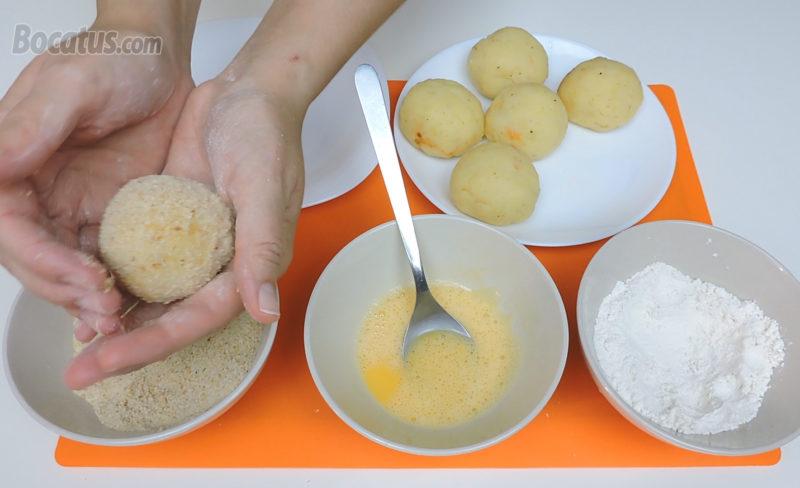 Empanando las patatas rellenas