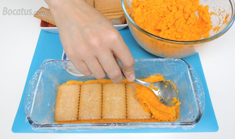 Montando la tarta de zanahoria y galletas