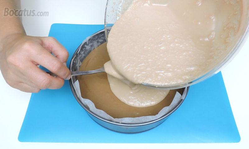 Poniendo la mousse de chocolate con leche sobre la capa de mousse de chocolate negro