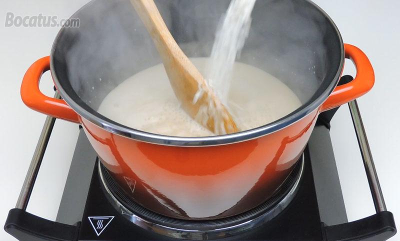 Añadiendo el arroz a la leche de coco