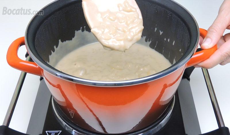 Arroz con leche de coco cocinado