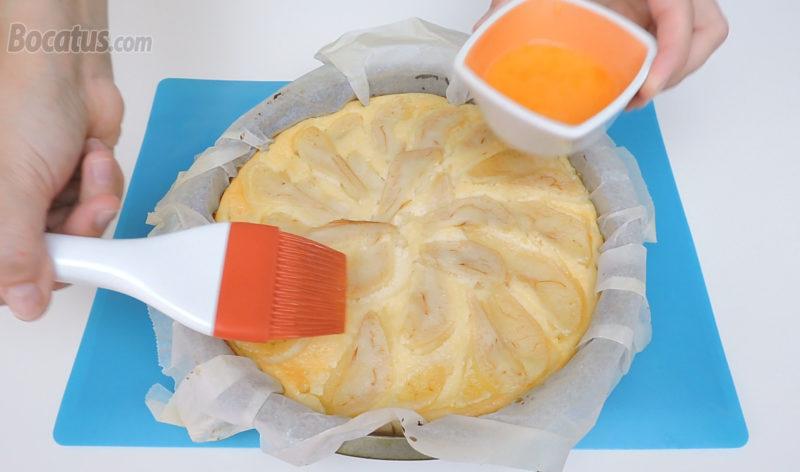 Pincelando la superficie de la tarta recién horneada