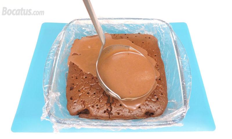 Calando el bizcocho con la mezcla de las tres leches de chocolate