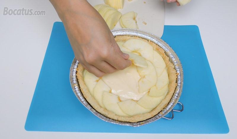 Colocando las láminas de manzana sobre la crema pastelera