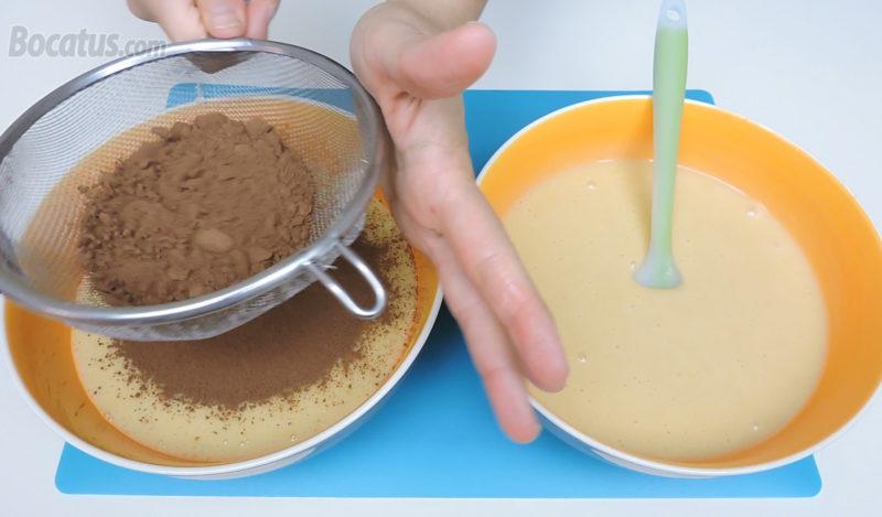 Tamizando el cacao en una de las dos masas de bizcocho