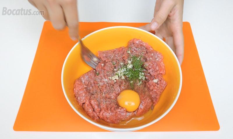 Aliñando la carne para hacer albóndigas