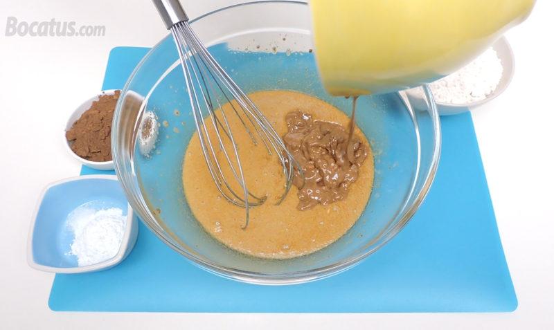 Añadiendo el turrón de chocolate derretido a la mezcla