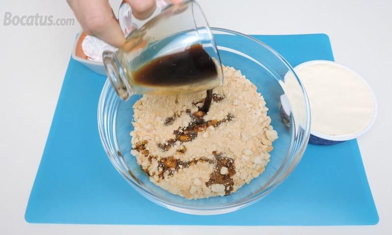 Añadiendo el café a los bizcochos machacados