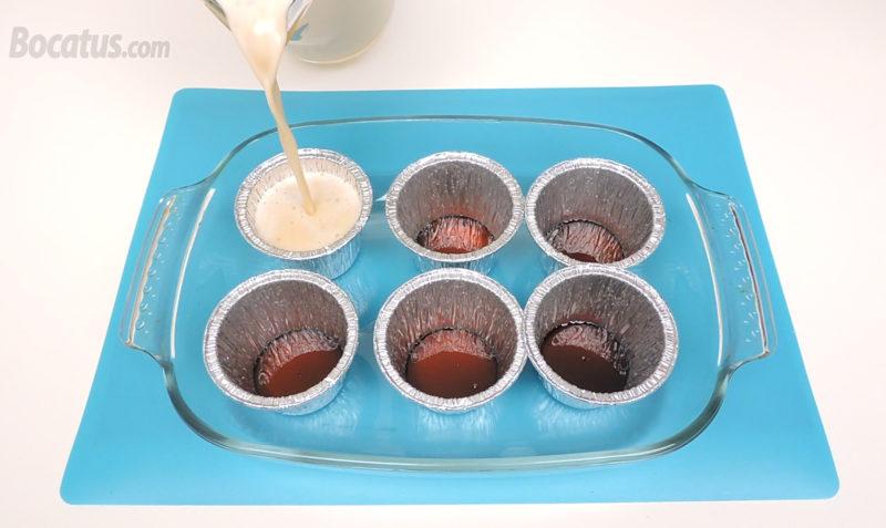 Llenando las flaneras caramelizadas con la mezcla de flan