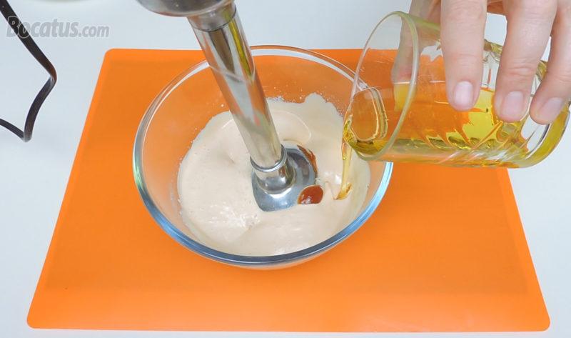 Añadiendo aceite para espesar la salsa rosa