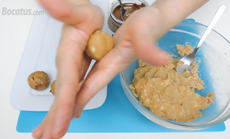 Formando las trufas de tiramisú rellenas de Nutella