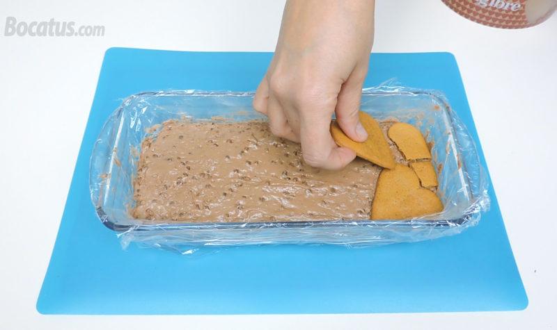 Colocando las galletas sobre la mousse de turrón