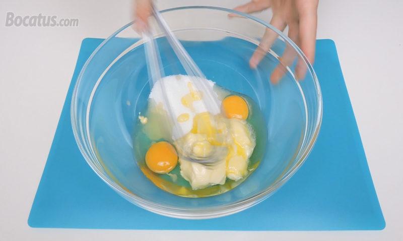 Mezclando los huevos, el azúcar y la mantequilla