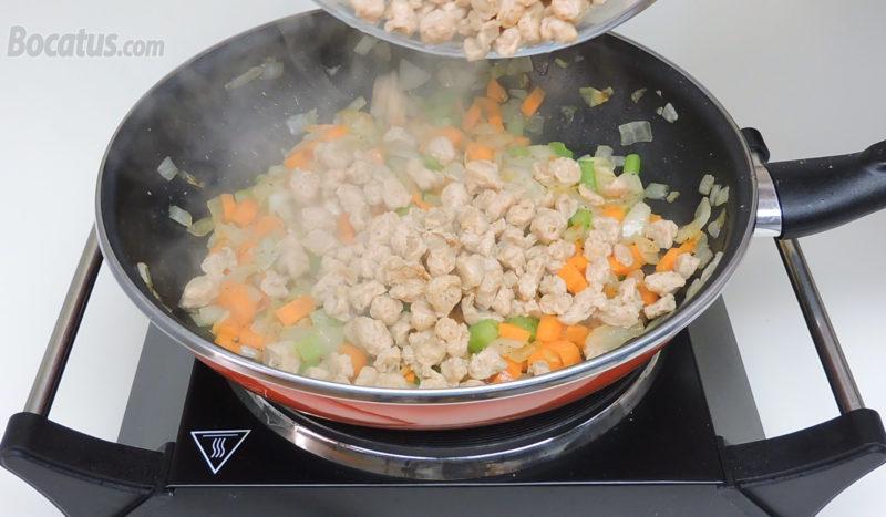 Añadiendo la soja texturizada ya hidratada a la sartén