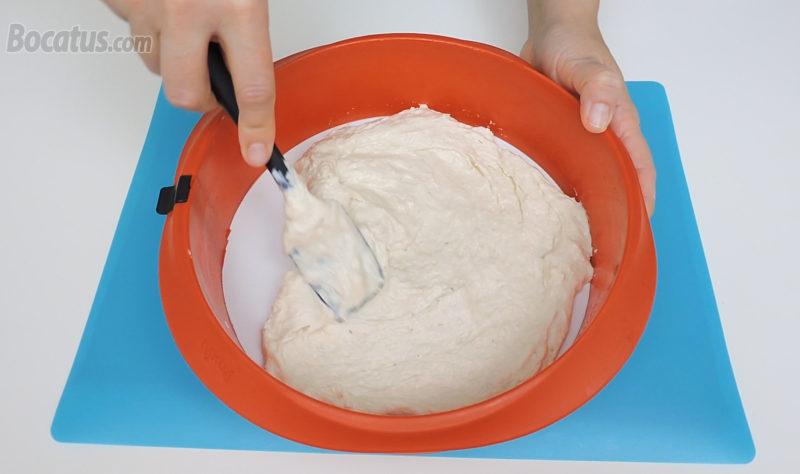 Extendiendo la mitad de la masa en la base de un molde