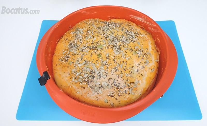 Empanada rellena de jamón y queso recién horneada
