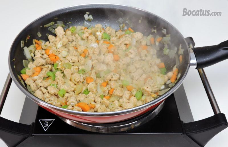 Cocinando la soja junto con las verduras