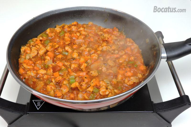 Cocinando la boloñesa de soja texturizada