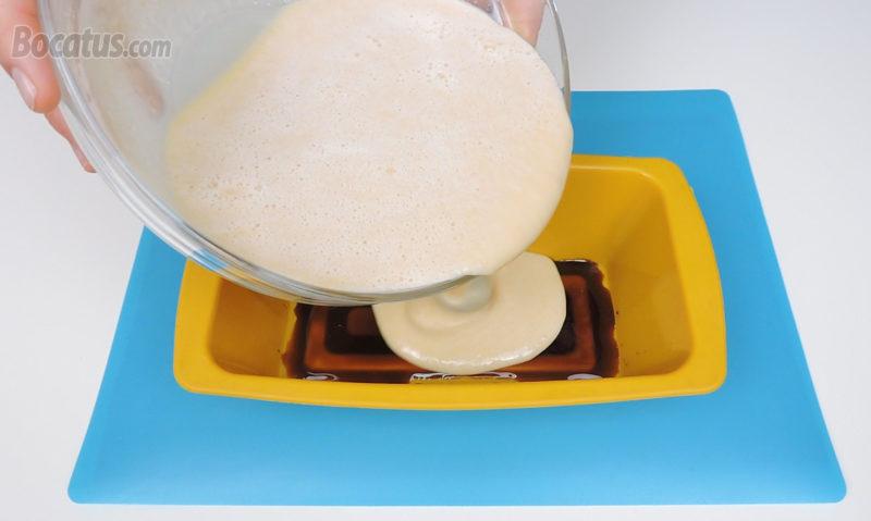 Vertiendo la mezcla del pudin dentro del molde caramelizado