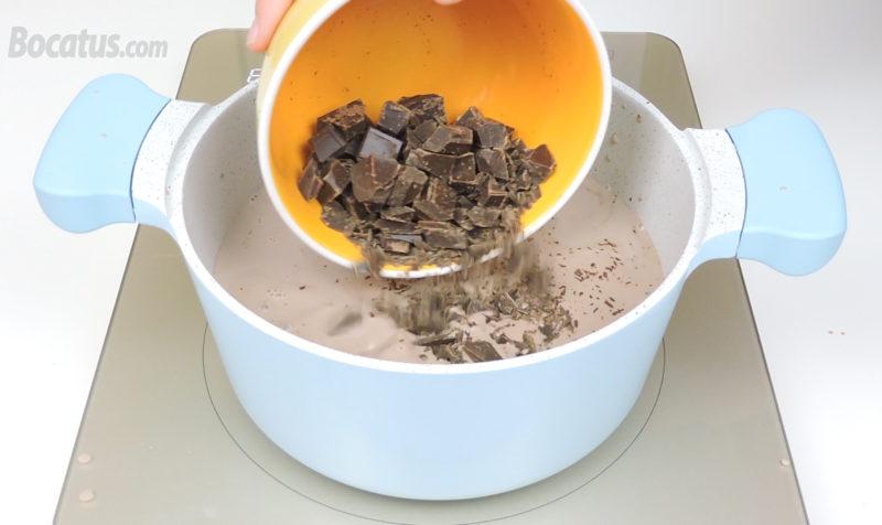 Agregando el chocolate en la olla