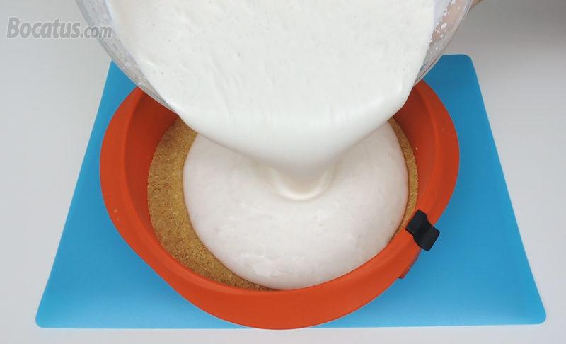 Poniendo la mousse de nata y leche condensada en el molde
