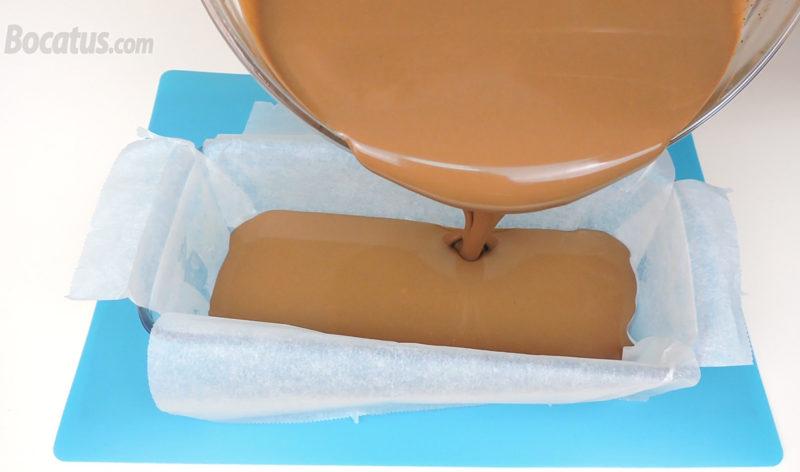 Vertiendo la mezcla de chocolate dentro del molde