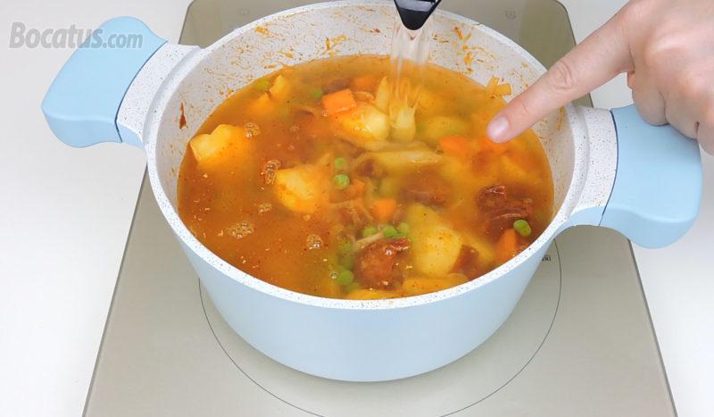 Cubriendo las patatas con agua