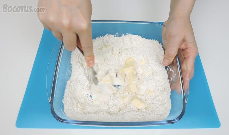 Integrando la mantequilla en la mezcla de harina