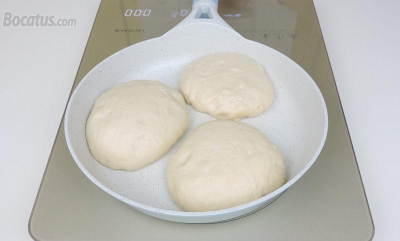 Cocinando el pan en una sartén
