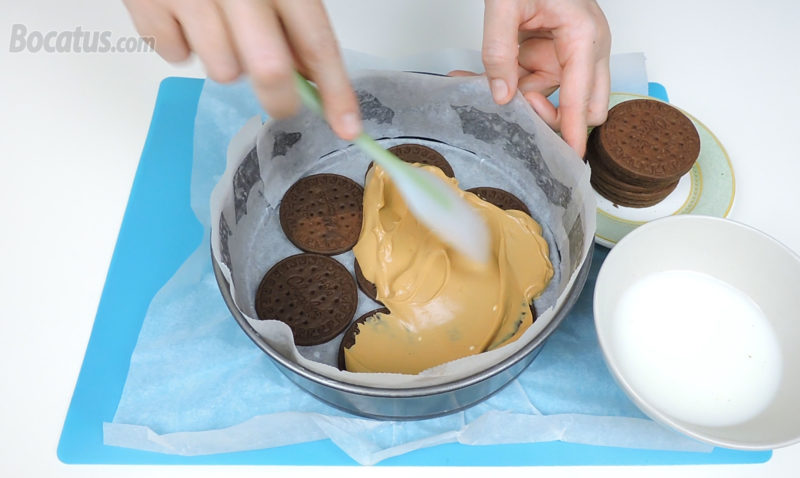 Extendiendo la primera capa de crema sobre la primera capa de galletas