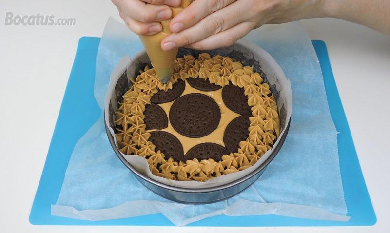 Decorando la superficie de la tarta con la última capa de crema