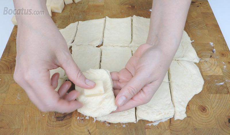 Colocando el queso dentro de la masa
