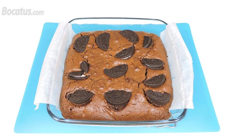 Brownie de Oreo recién horneado