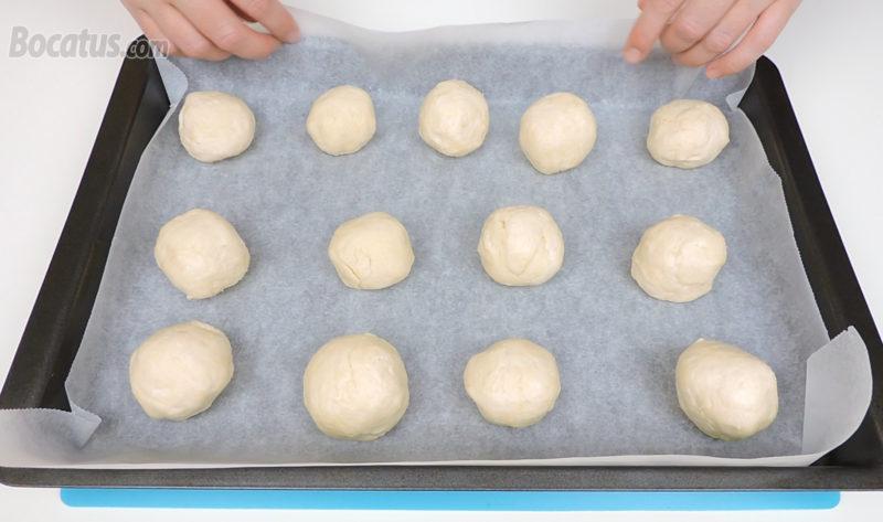 Panecillos rellenos de queso antes de hornear