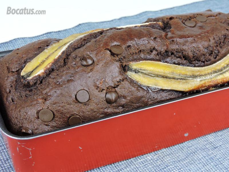 Bizcocho de plátano y chocolate recién horneado