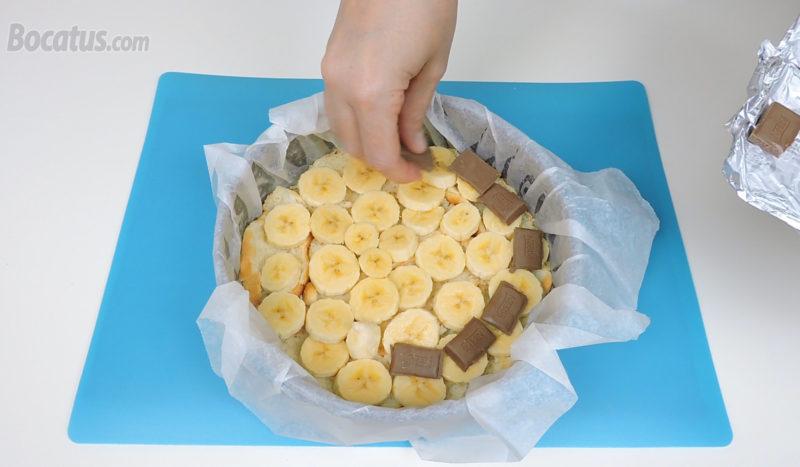 Poniendo las capas de plátano y chocolate